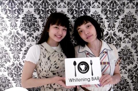 女優の樋井明日香さんと我妻三輪子さんがご来店